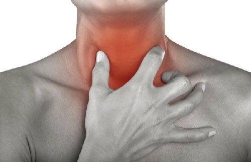Kurkunpääntulehduksen oireet osoittautuvat potilaalle usein epämiellyttäväksi ja kivuliaaksi vaivaksi