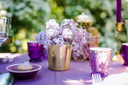 Kukka-asetelmat ovat nopea ja helppo tapa koristaa mikä tahansa pöytä