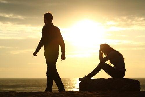 Pelko siitä, että kumppani hylkää saa monen tarrautumaan pariinsa vieläkin lujemmin