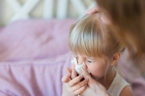 Flunssa voi aiheuttaa yöllistä yskää lapsella