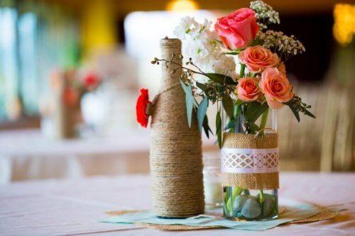 kierrätettyjä lasipulloja kukkavaaseina