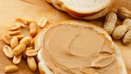 Maapähkinävoi sisältää vain vähän hiilihydraatteja, mutta samalla paljon hyviä rasvoja ja proteiinia