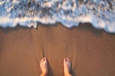 jalat hiekassa