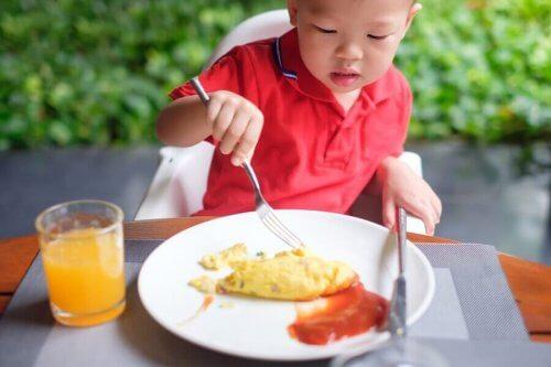 lapsi syö munakasta