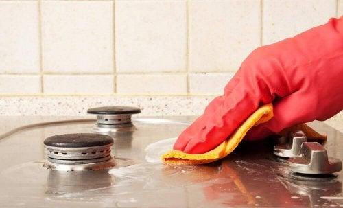 Nainen puhdistaa liettä keittiöpyyhkeellä