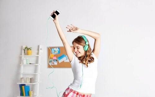 nainen pudottaa painoa tanssiessaan