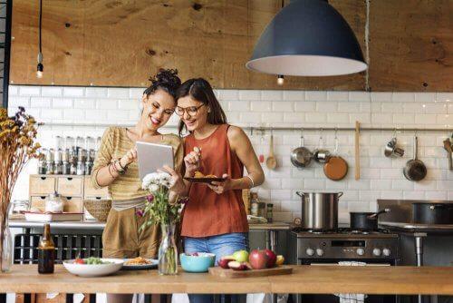 naiset kokkaavat