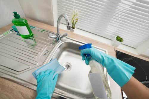 Kuusi tapaa puhdistaa ja desinfioida pesualtaat kotona
