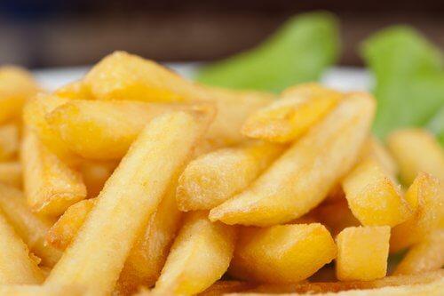 Rapeiden ranskanperunoiden salaisuus piilee vehnäjauhoissa ja maissitärkkelyksessä