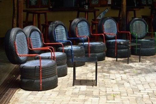 Kekseliäitä huonekaluja kierrätysmateriaaleista