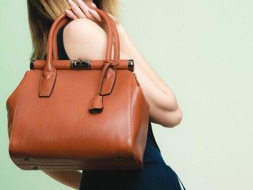 Suuri käsilaukku voi auttaa luomaan illuusiota pidemmästä vartalosta