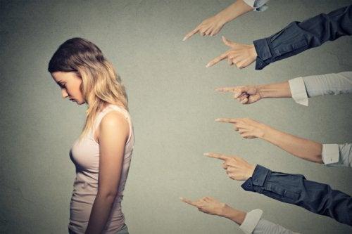 Syyllisyys saa monen ihmisen tuntemaan olevansa vastuussa myös muiden ihmisten teoista
