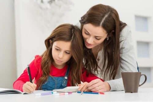 Läksyjen tekeminen voi kärsiä, jos lapsella on kouluväsymys