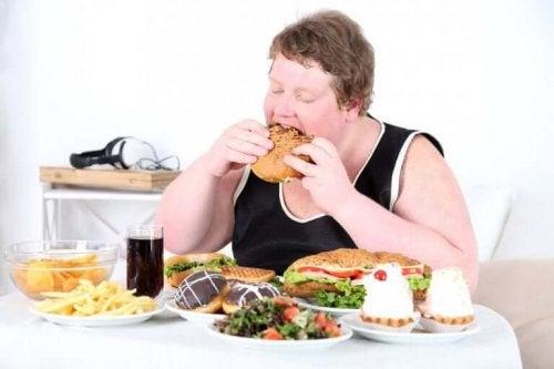 Ahdistuneisuuteen syöminen voi johtaa ylipainoon tai liikalihavuuteen