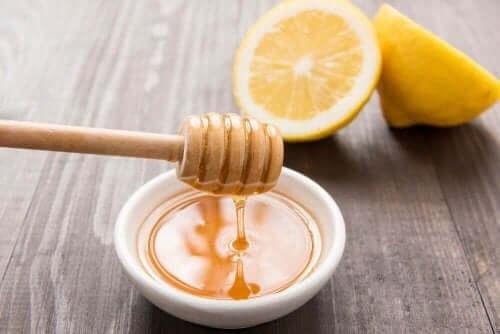 Hunaja-sitruunavesi kurkkukipuun