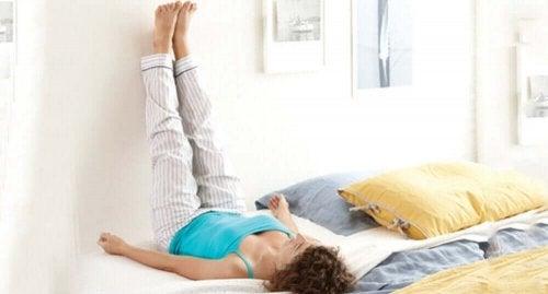 Jalkojen nostaminen ylös voi helpottaa turvotuksen ja paineen tunnetta jaloissa
