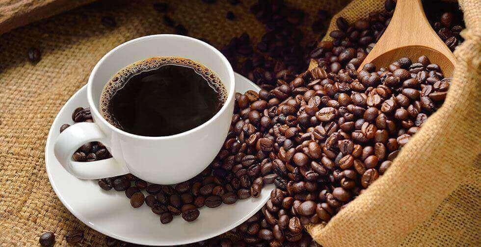 kahvipavut ja kahvikuppi