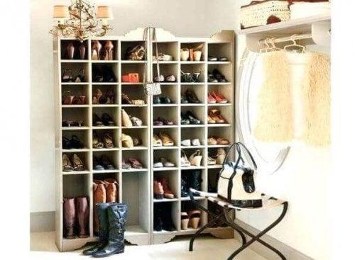 Kotitekoiset kenkätelineet valmistuvat nopeasti niinkin yksinkertaisista materiaaleista, kuin puusta ja kartongista