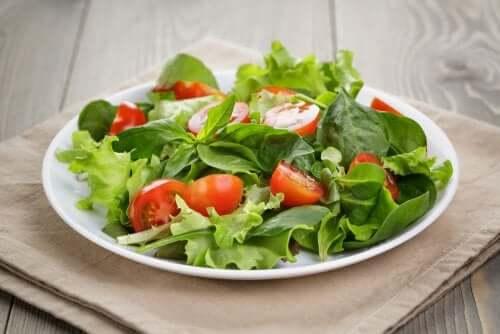 Kevyet salaatit voivat auttaa leikkaamaan päivän kalorimäärää runsaasti