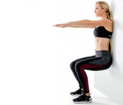Kyykkääminen seinää vasten on yksi parhaimmista harjoituksista, jossa vastuksena käytetään pelkästään omaa kehonpainoa