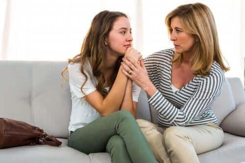 äiti ja tytär juttelevat