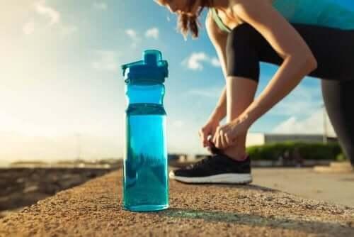 liikunta ja vesipullo