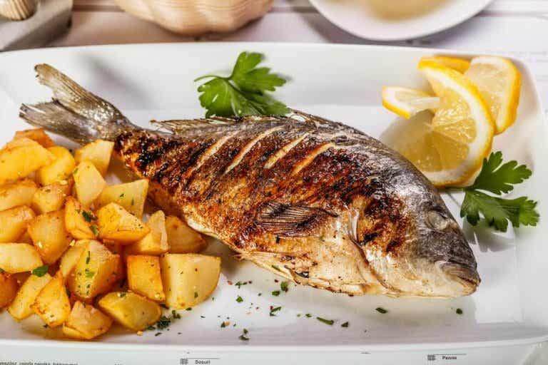 Herkullista meriahventa perunoiden ja sipulin kera
