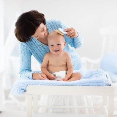 Vauvan hiusten hoito: viisi vinkkiä