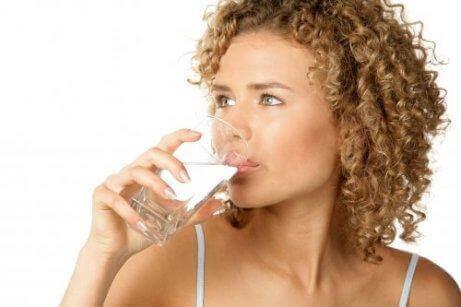 Riittämätön vedenjuonti voi pahentaa gastriittia