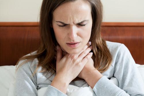 Kipeää kurkkua voi hoitaa luonnollisesti