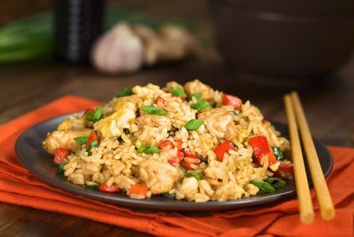 Paistettu riisi valmistuu myös kotona helposti