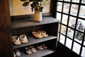 Puiset kenkätelineet on yksi suosituimmista ja perinteisimmistä vaihtoehdoista kenkien säilyttämiseen