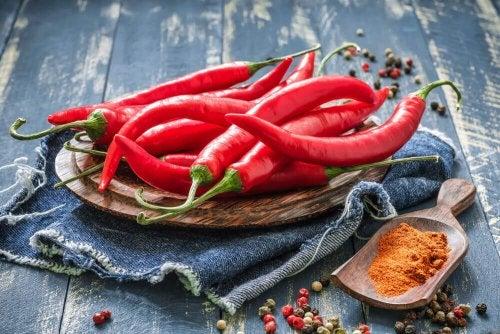 Punainen chili tuo sopivaa tulisuutta kastikkeisiin