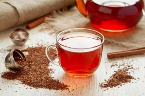 punainen tee pöydällä
