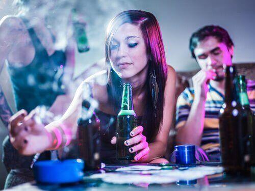 ikätovereiden painostus voi ajaa alkoholin käyttöön