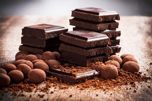 Suklaapiirakka täytetään tummalla suklaalla