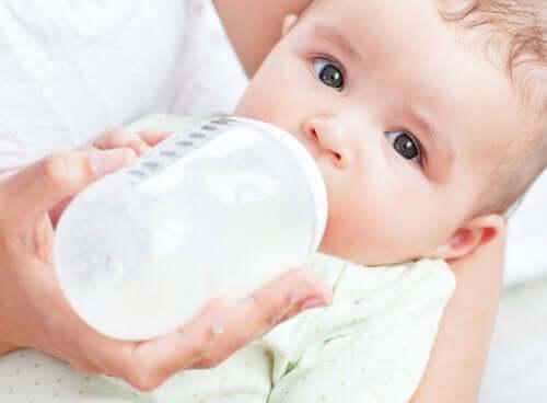 vauva juo tuttipullosta