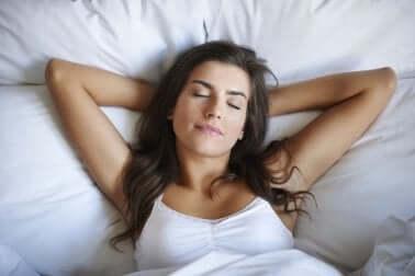 Oikea nukkumisasento voi johtaa parempaan uneen
