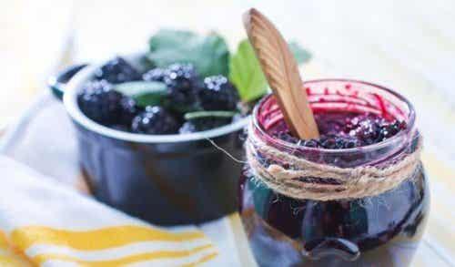 Itsetehdyt sokerittomat hillot: kolme reseptiä