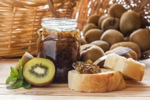 Itsetehdyt sokerittomat hillot ovat terveellinen valinta leivän päälle