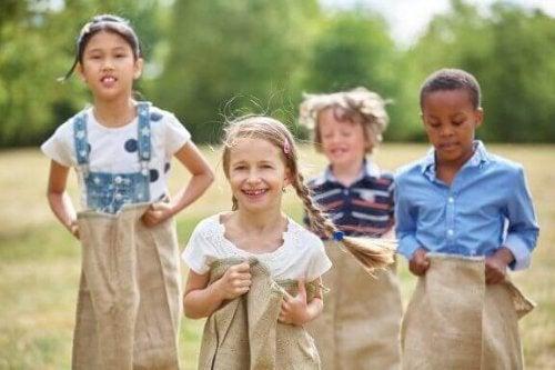 Ulkona leikkiminen on tärkeää lapsille