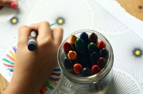 Piirtämisen hyödyt lapsilla ulottuvat kirjoitustaidon oppimiseen