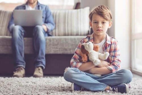 poika istuu yksin