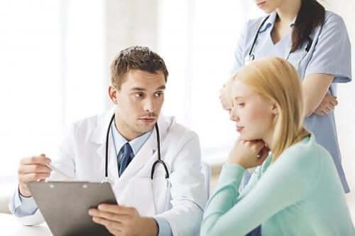 Naisella on kysymyksiä gynekologille