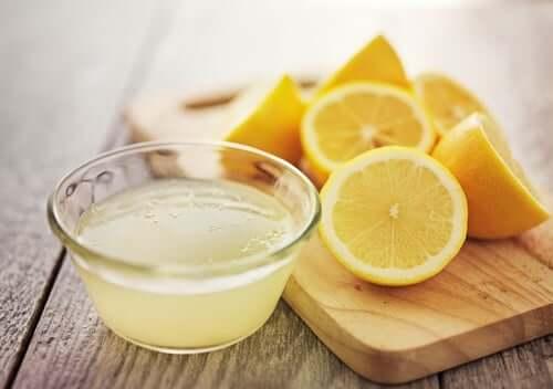 Tuore sitruunamehu tehoaa erinomaisesti vaatteiden epämiellyttävän hajun poistoon