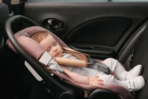 vauva nukkuu turvaistuimessa