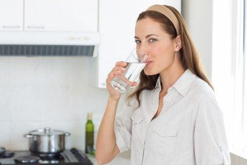 Kasvojen nuorentaminen onnistuu myös runsaan vedenjuonnin kautta