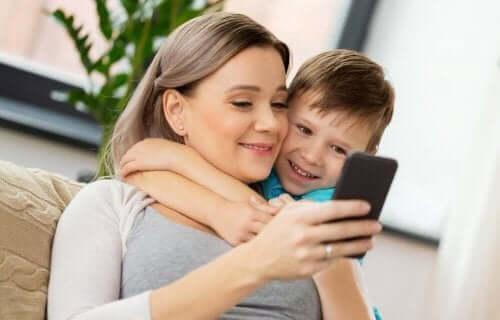 Älypuhelimen käytön haitat ja hyödyt lapsella on hyvä tietää