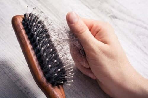 Hiustenlähdön hidastaminen seitsemän vinkin avulla