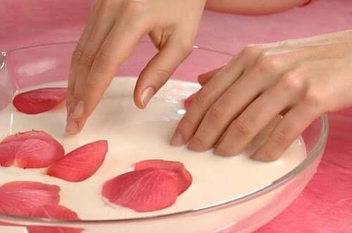 Käsien ja jalkojen hoito: kuorinta ja kosteutus